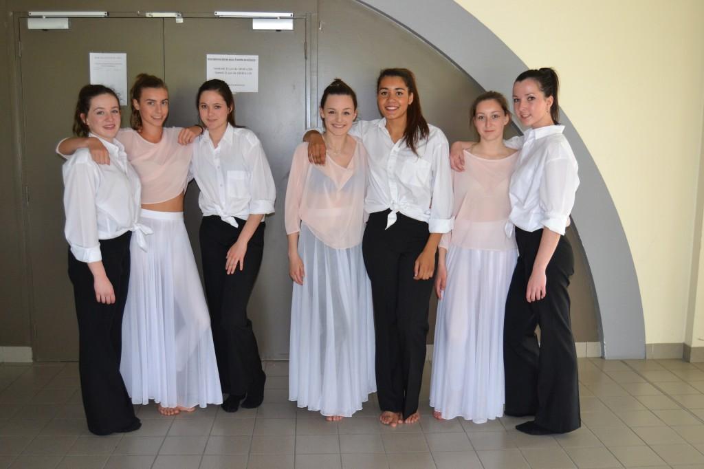 Hauts roses (x3) + jupes blanches (x9) + pantalons noirs (x7) +  chemises (x13) - 17 ans