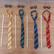 Cravates, baguettes blanches et lunettes rondes noires