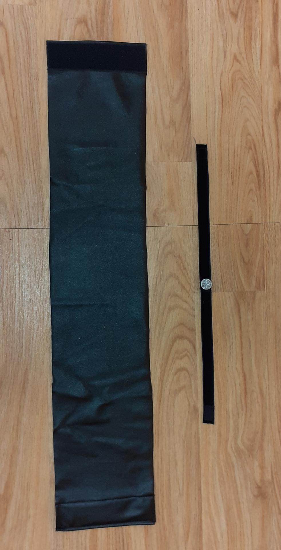 Ceintures noires faux cuir (x13), tour de cou (x12)