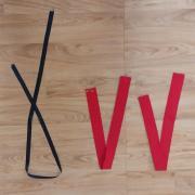 Liens noirs tour de cou (x25), bretelles rouges (x28)
