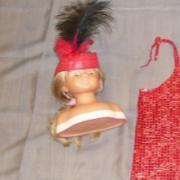 Chapeau rouge avec plume noire (costume Charleston)