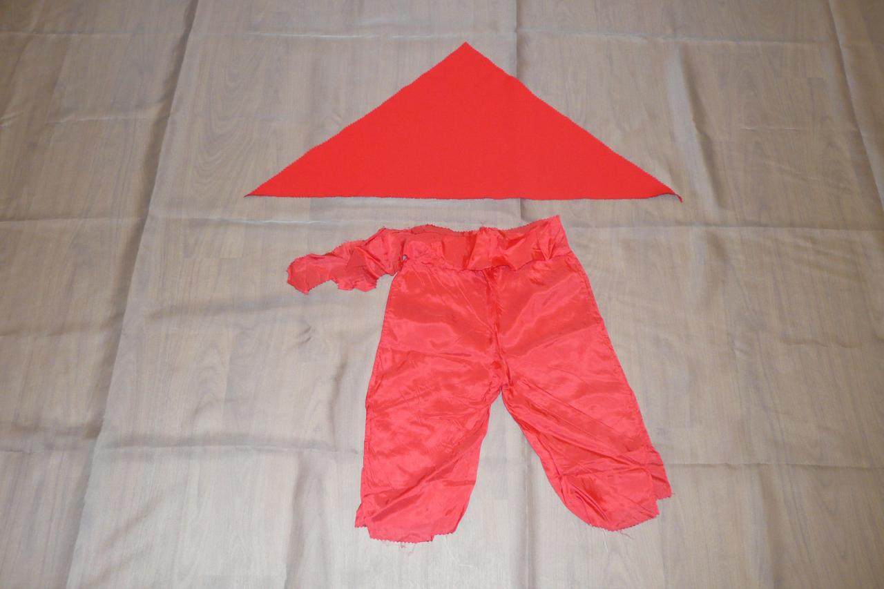 Petits pantalons satin rouge + bandeau triangle rouge