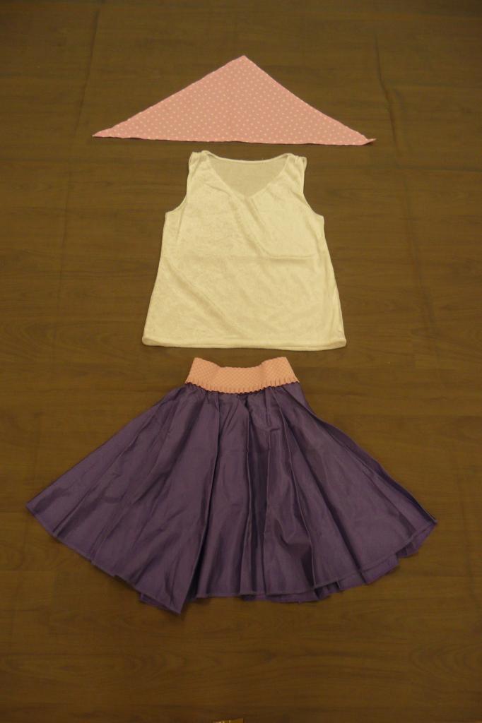 Jupes violettes avec ceinture roses (x13) + débardeurs blancs velours (x19) - 12 ans