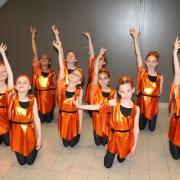 Tuniques oranges et ceintures noires (x9) + débardeurs noirs (x9) - 8/10 ans