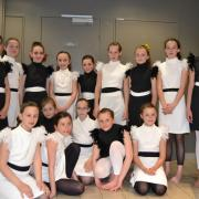 Robes blanches et noires sans manches avec plumes (x15)  - 10/12 ans