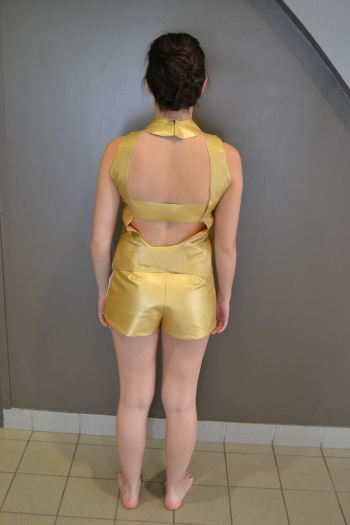 Ouverture au dos costume short + top doré (photo précédente) - 18 ans