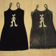 Robes noires avec fille en blanc dessus