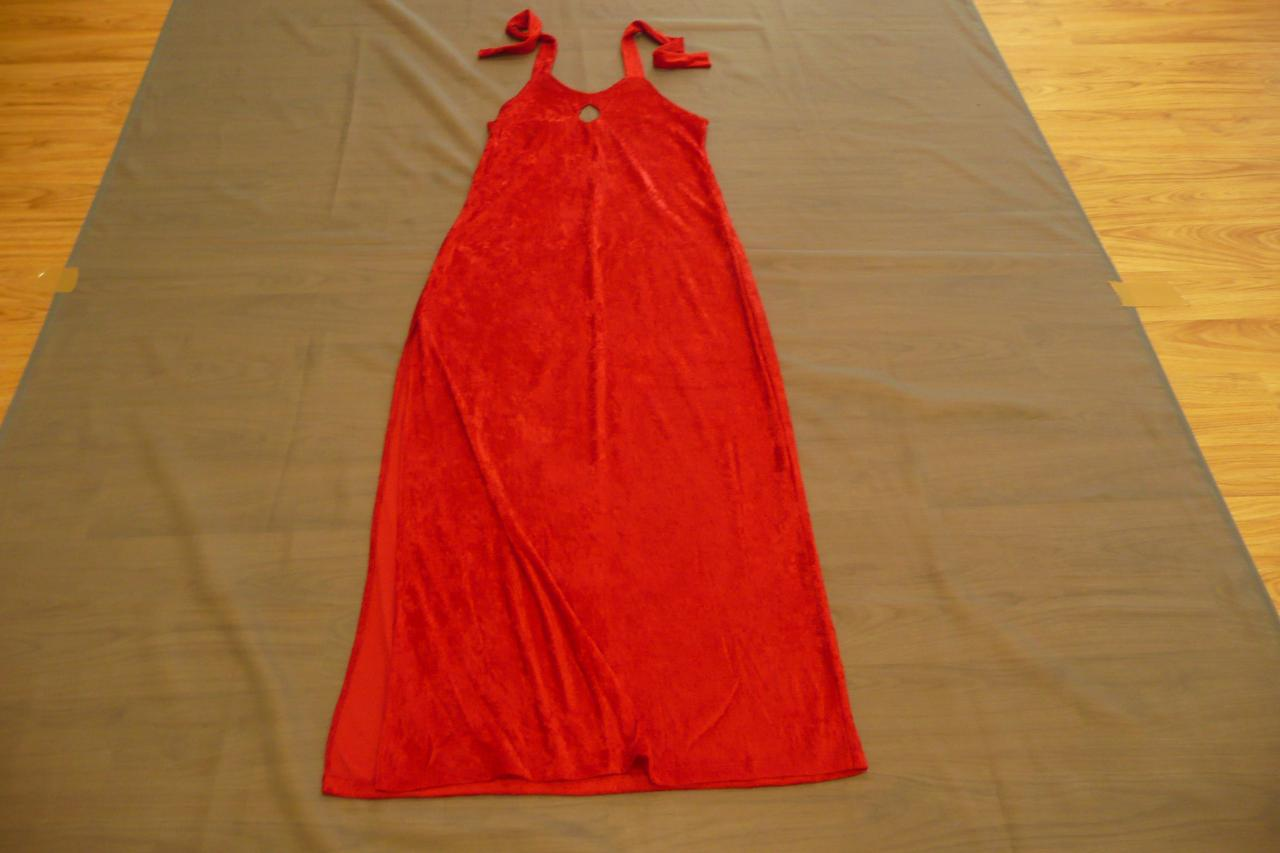 Robes rouges velours avec bretelles autour du cou