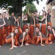 Pantalons orange (x13), hauts kaki/marron (x13) - 18 ans