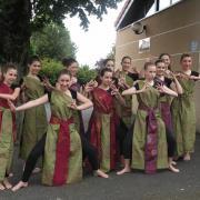 Robes hindou (x12), 6 vertes, 4 bordeaux et 2 violines + ceintures (x12) - 14/16 ans